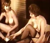 Barbusige Vintage-MILFs in sexy Strümpfen