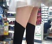Voyeur filmt onder de rok van een meisje terwijl ze winkelt