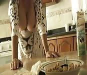 MILF latina enseña las tetas después de cenar