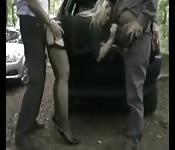 Follada sobre el coche por dos tíos
