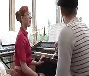 Roodharige krijgt piano les