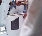 Una donna indiana viene spiata mentre fa il bucato