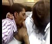 Chupando peitos indianos