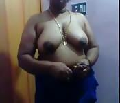 Stattliches Babe reibt ihre Geschlechtsteile