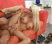 Reife Blondine mit großen Titten fickt einen tätowierten Typen