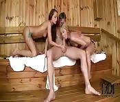 Zwei Girls attackieren ihn in der Sauna