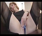 MILF z seksownym ciałem zabawia się w pończochach