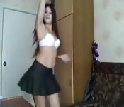 Uczennica tańczy i rozbiera się przed kamerą