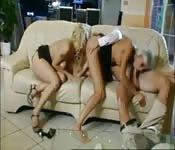 Analdreier auf der Couch, mit zwei Blondinen