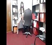 Une petite salope sur sa cam dans le bureau
