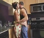 Geile huisvrouw neukt de loodgieter