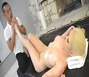 Blondine will Massage und bekommt Happy End