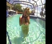 Plaisir avec une bite au bord de la piscine