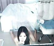 Heiße asiatische Anfängerin zeigt uns ihren Body