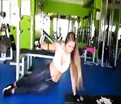 Fitness Schönheit zeigt ihren perfekten Body im Studio