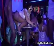 Orgie intense d'été dans un club