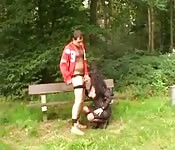 Una moretta arrapata scopa nel parco