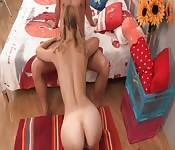 Een rondborstig Russisch meisje met staartjes straffen