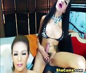 Vollbusige Ladyboys blasen und ficken vor der Webcam