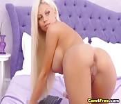 Blond laska z kamerki wsadza dildo w cipkę