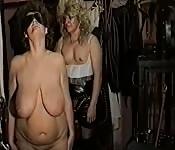 Lesbiche mature tettone si masturbano a vicenda duramente