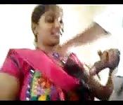 Indische Schönheit bläst einen Harten