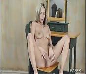 Masturbándose en la soledad de su salón