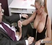 Secretária com peitos bonitos em busca de promoção