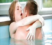 Gepassioneerd neuken in het zwembad