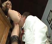Una segretaria di un avvocato si fa leccare e scopare in ufficio