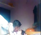 Après avoir persisté, un indien se fait baiser