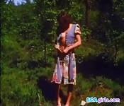 Ragazza masturbarsi nel bosco
