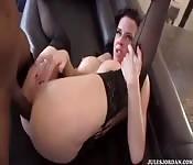 Seks analny z dobrze wyposażonym ciemnoskórym facetem
