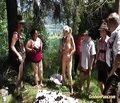 Gordinhas alemãs em grupal na natureza