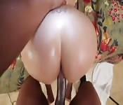 Enorme bunda branca batendo um grande pênis negro