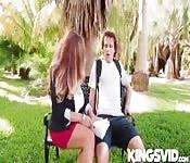 Junger Kerl und dicke natürliche Latina