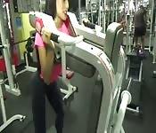 Morena sexy hace ejercicio en el gimnasio