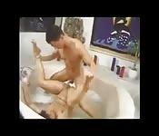 Tropfend nass in der Badewanne