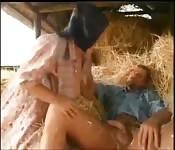 Abuela follando en la granja
