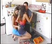 Doble trabajo con dos teens en la cocina