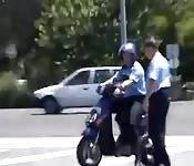 Een politieagent in het openbaar neuken