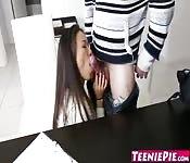 Adolescente interesada en un creampie