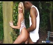 Une femme infidèle baise un noir dans les bois