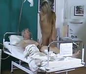 Velho fudido por sua enfermeira