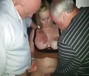 Due vecchi palpano una donna