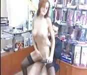 Probando dildos en la tienda erótica