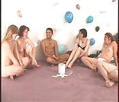 Lustige Party-Sexspiele einer geilen Gruppe