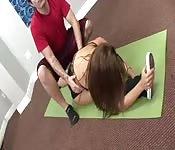 Teen gimnasta abierta por su entrenador