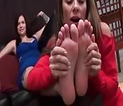 Une scène lesbienne intense de bouffage de pieds