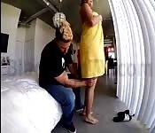L'idraulico massaggio una donna sposata con la crema